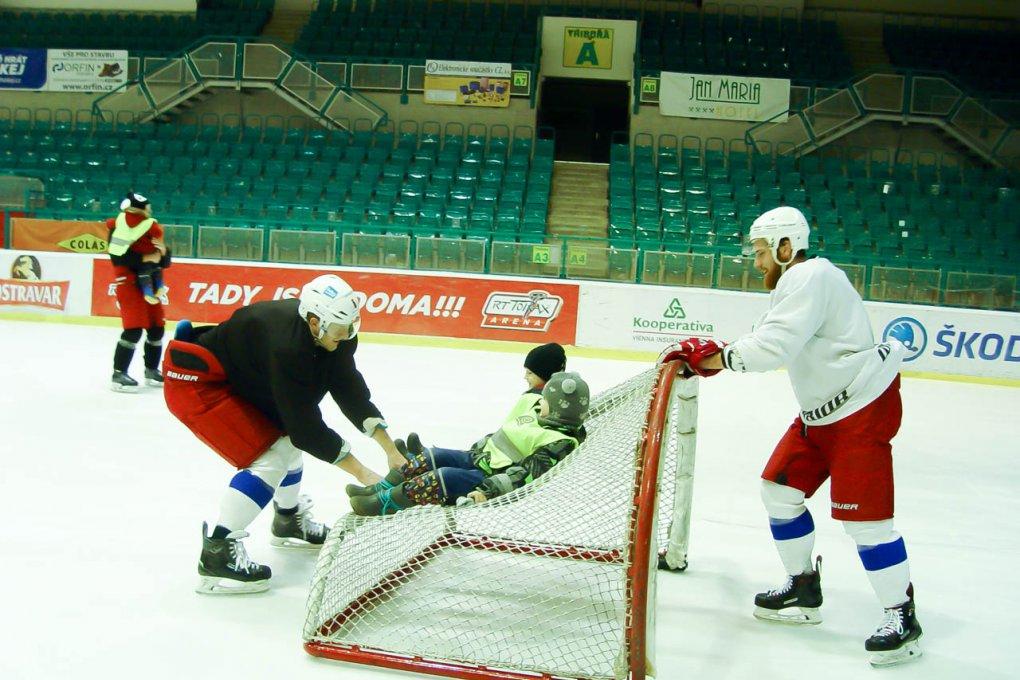 A-tým přívítal na tréninku nové naděje porubského hokeje, ratolesti z MŠ Sluníčko
