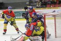 Výtečný David Gába likviduje velkou šanci Martina Kadlece, hokejisty, který v Litoměřicích hostuje z pražské Slavie.