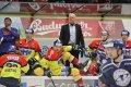 Hlavní trenér ČEZ Motoru Marian Jelínek pozorně sleduje hru, na led mezitím skáče ze střídačky Richard Nejezchleb.