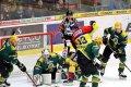 Vsetín byl v závěru pod velkým tlakem domácích hokejistů. Na snímku operuje v Surého brankovišti Nedorost.