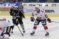 David Kaše a Dominik Pacovský čekají na vhození puk mezi hokejky spoluhráčů