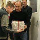 Pavel Verbíř předával za kabinu A týmu dárky v Arkadii