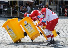 FOTO: Hráči HC Olomouc obsadili Dolní náměstí kvůli natáčení reklamního spotu