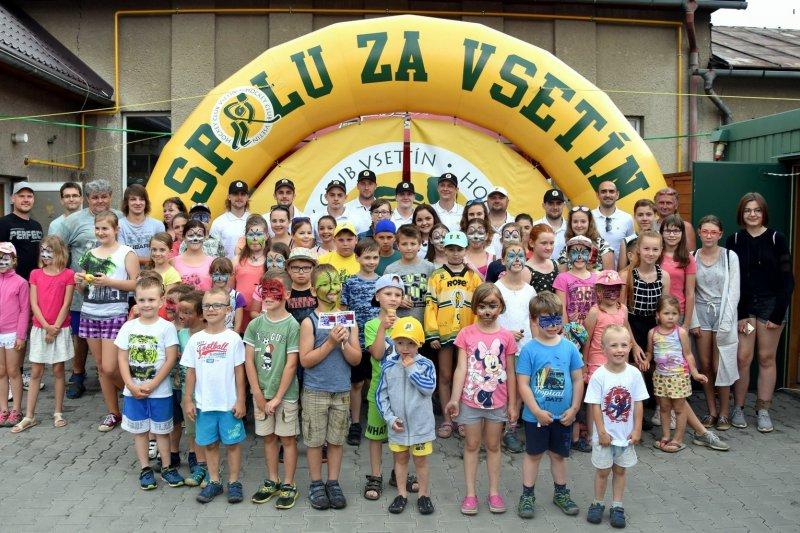 OBRAZEM: Vsetínští hokejisté zavítali na dětský den se Smýkalovou kávou