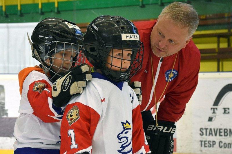 Je důležité, aby dítě na ledě dělalo věci s úsměvem a ani nevědělo, že se při tom učí, říká Libor Forch