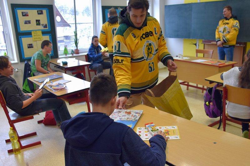 OBRAZEM: Vsetínští hokejisté předali sbírku dětskému domovu v Liptále
