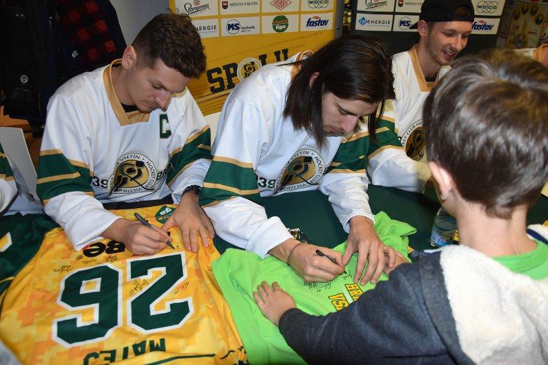 OBRAZEM: Výstava s autogramiádou hokejistů přilákala na zámek stovky návštěvníků
