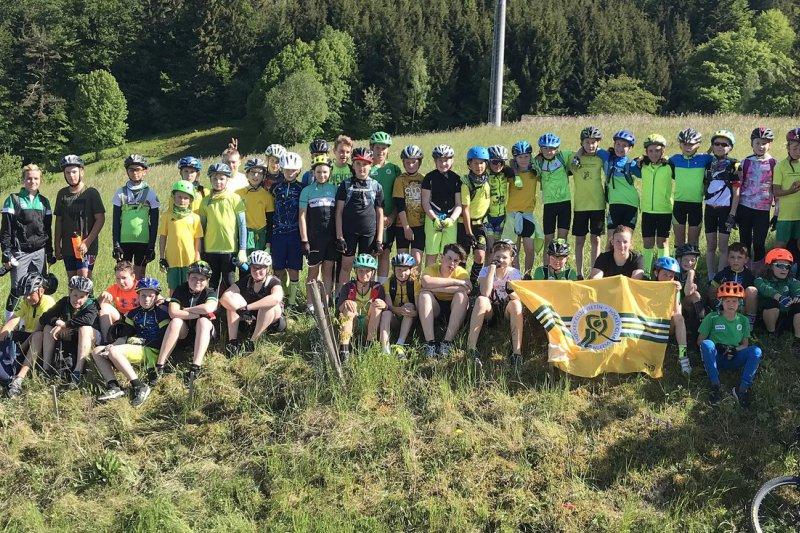OBRAZEM: Mládež na kolech zdolávala vrcholy Vrchařské koruny Valašska