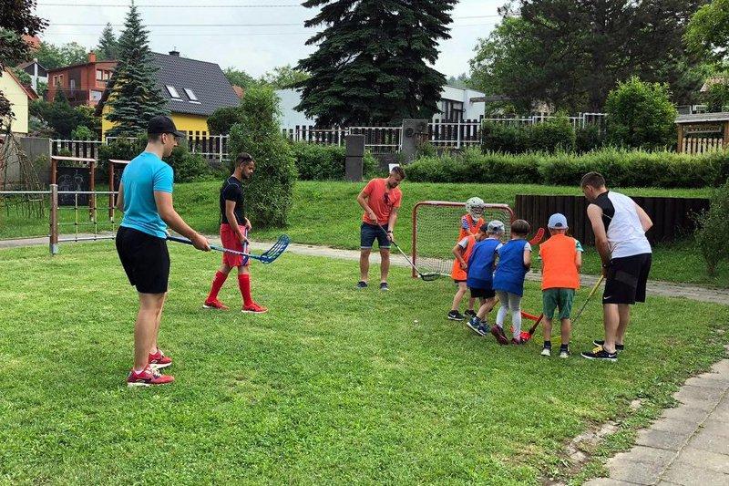OBRAZEM: Trenéři mládeže zavítali do mateřské školky Jablůnka