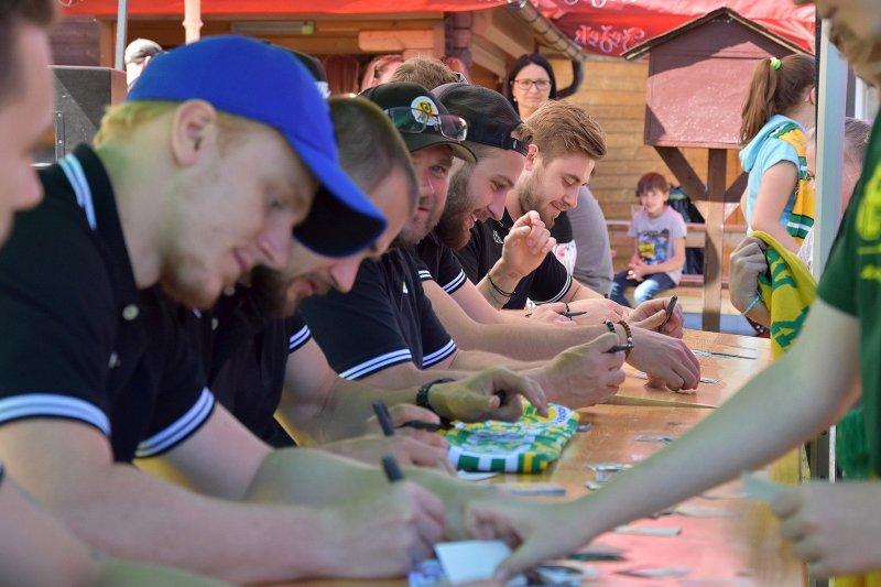 Vsetínští hokejisté se zúčastnili dětského dne v areálu Smýkalovy kávy
