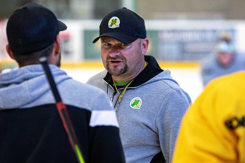 FOTO + VIDEO: A-tým poprvé vyjel na led, trenérům se hlásilo 27 hráčů