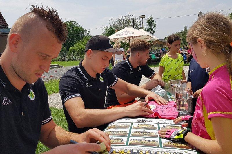 OBRAZEM: Hokejisté vyjeli s VKV na dětskou cyklojízdu s Austinem