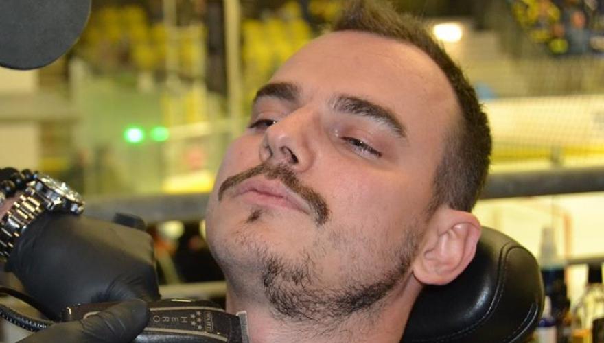Na dobrou věc přispěl i redaktor Přerovského deníku, v MEO Aréně si nechal upravit vousy