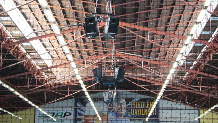 MEO Aréna se dočkala nového ozvučení, beden s reproduktory ze stropu visí více