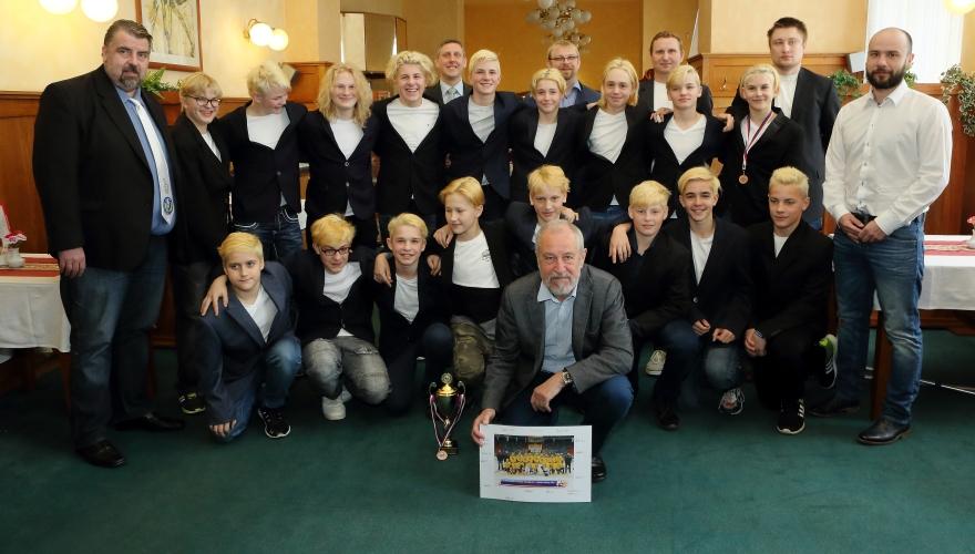 Zástupci města Přerova poděkovali starším žákům za obrovský úspěch na MČR