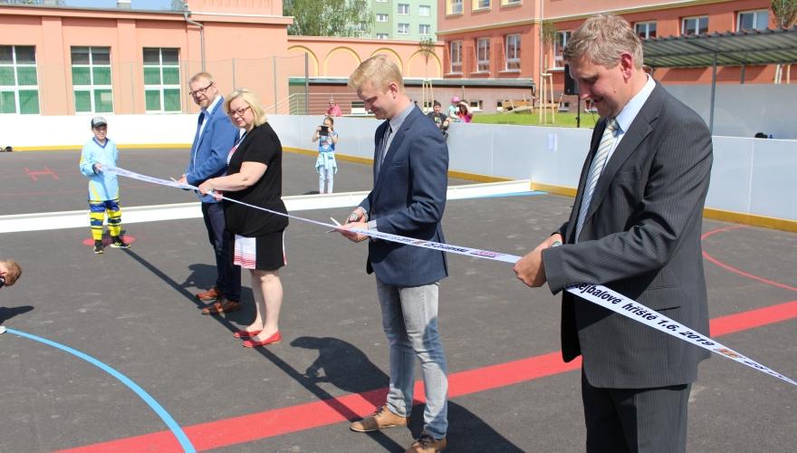 Ať slouží! Na Den dětí slavnostně otevřeli nové hokejbalové hřiště ZŠ Želatovská