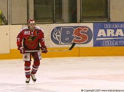 Jaroslav Bartoň v tuto chvíli ještě netušil, že zanedlouho bude ledovat nastřelené zápěstí.