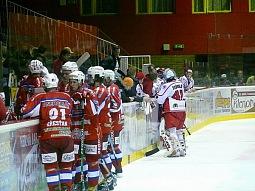 Po třech obdržených brankách si vzal trenér Radomír Kužílek oddechový čas.