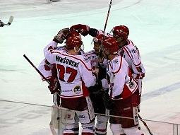 Adam Mikšovský se raduje se spoluhráči ze svého gólu, kterým otevřel skóre zápasu.
