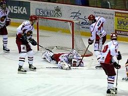 Jaroslav Bartoň pomáhá golmanovi ukrýt puk.