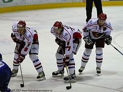 Trio Vrba, Bartoň, Prokop se chystá bránit domácí branku.