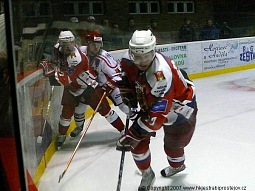 Petr Suchý bojuje proti přesile u mantinelu.