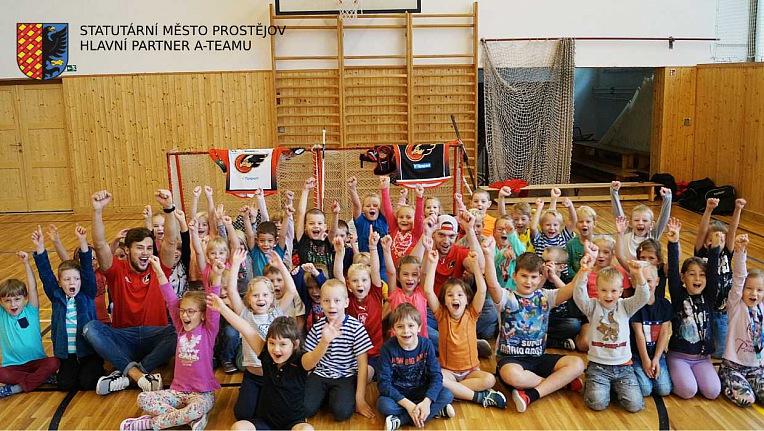 Jestřábí návštěva prvňáčků na ZŠ Melantrichova v Prostějově