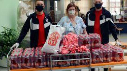 Hráči v rámci Zbrojovácké výzvy darovali roušky a nápoje Dětské nemocnici
