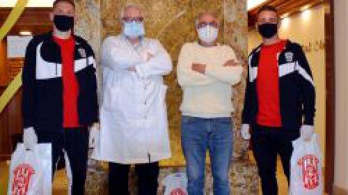 Zbrojováci darovali roušky a nápoje klinice SurGal