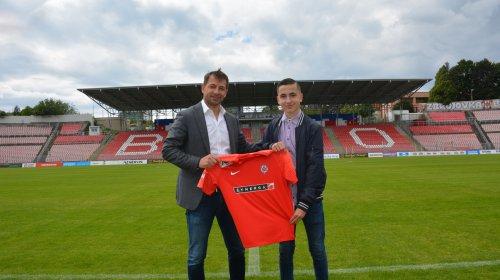 Profesionální smlouvu ve Zbrojovce dnes podepsal patnáctiletý Martin Černý