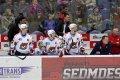 Zleva Peter Ölvecký, Jakub Sklenář, Vladimír Růžička mladší a kustod Pavel Mošna sledují dění na ledě