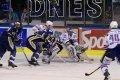 Miroslav Hanuljak odklízí hokejkou puk do bezpečí, čímž pomáhá obraně při útočném výpadu Kladna