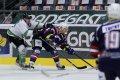 Tomáš Káňa atakovaný bránícím hráčem přihrává jednomu ze spoluhráčů