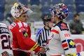 Slovenští brankáři Matúš Kostúr a Peter Hamerlík si po utkání podali ruce