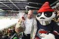 Někdejší vynikající útočník a ikona novodobé historie chomutovského hokeje Kamil Koláček oslavil čtyřicátiny, jedním z gratulantů byl i Picaroon