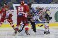Martin Šagát čeká, než rozhodčí vhodí puk mezi jeho hokejku a hůl Vladimíra Růžičky mladšího. Slovenský útočník vyhrál tři buly z pěti