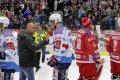 Ivan Huml se zdraví s třineckým koučem Vladimírem Kýhosem