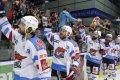 Jaroslav Mrázek, Lukáš Chalupa, Brett Skinner a pozadí ještě Jakub Lauko slaví s fanoušky postup do semifinále