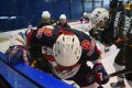 Při focení bylo nutné dávat pozor, aby hokejka ze souboje u mantinelu nevylétla do objektivu
