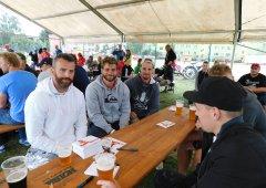 Fotky, autogramy a fotbalové utkání. Akce hokejistů a fotbalistů bavila hráče i fanoušky