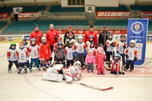 Týden hokeje: Šestadvacet dětí si prvně nazulo brusle a vyzkoušelo hokejové dovednosti