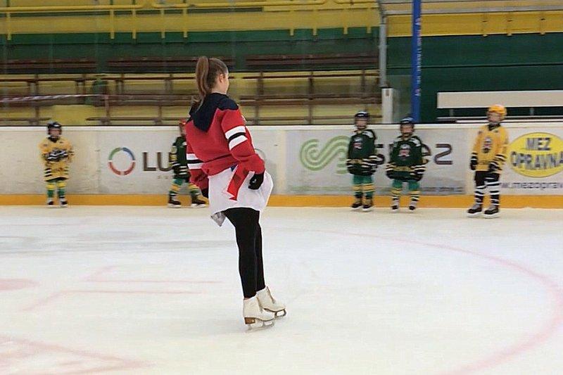 VIDEO: Hráči 2. a 4. třídy trénovali s krasobruslařkou Vanesou Masárovou