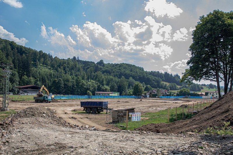 OBRAZEM: Ve Lhotě pokračují hrubé terénní úpravy lokality pro nový stadion