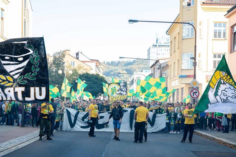 OBRAZEM: Narozeniny vsetínského hokeje odstartoval pochod fanoušků městem