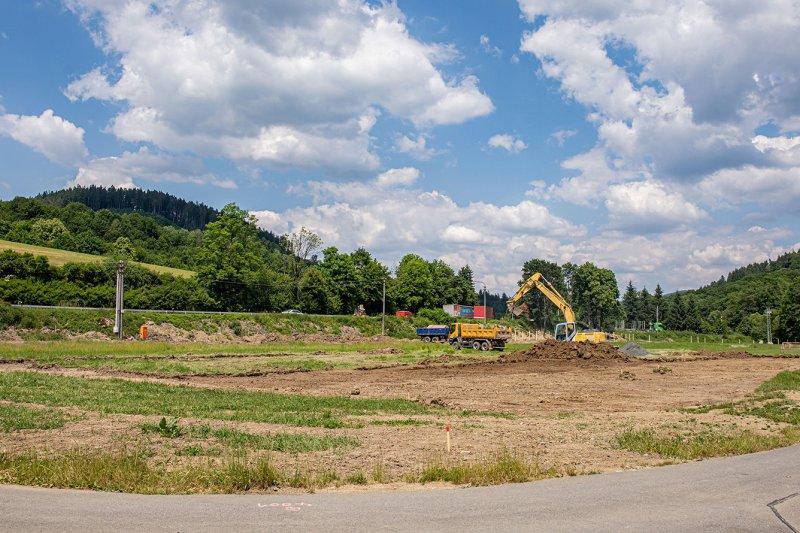 OBRAZEM: Stavba nového stadionu ve Lhotě začala, na lokalitu zamířily první stroje