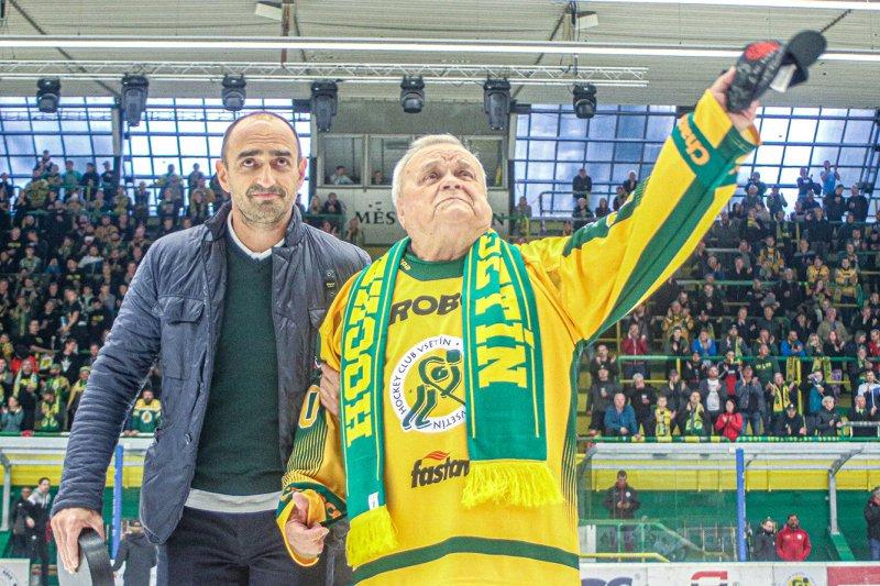 FOTO + VIDEO: Horst Valášek slaví osmdesátiny. Na Lapači mu gratulovali i jeho bývalí svěřenci