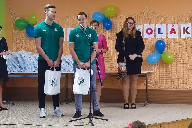 OBRAZEM: Začal nový školní rok, hokejisté VHK přivítali prvňáčky v lavicích