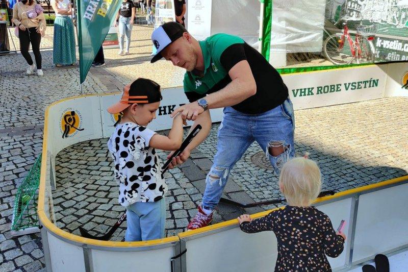 OBRAZEM: Hokejisté navštívili Valašské záření, nabídli minihřiště nebo fanshop