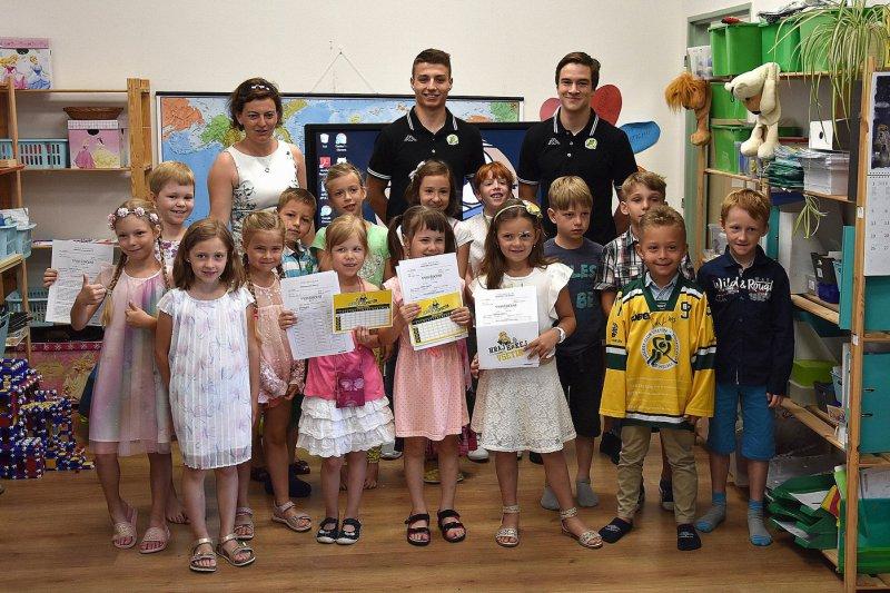 Vysvědčení s VHK: Hokejisté udělali radost dětem v Rokytnici a na Sychrově
