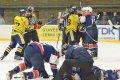 Po ataku hráče hostů se strhla na ledě bitka v několika hloučcích
